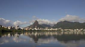 Rio de Janeiro reflekterade i vattnet av Lagoa Brasilien arkivfilmer