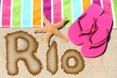 Rio de Janeiro som är skriftlig på strandsand med en färgrik handduk Royaltyfria Foton