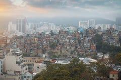 Rio de Janeiro de stad in en favela stock afbeeldingen