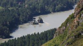 Rio de Katun do dedo ensanguentado da montagem em Altai Krai. Rio de Russia.Katun do dedo ensanguentado da montagem em Altai Krai. vídeos de arquivo