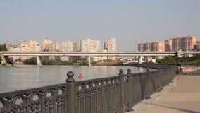 Rio de Kuban e casas modernas na costa Krasnodar, Rússia vídeos de arquivo