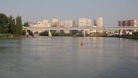 Rio de Kuban e casas modernas na costa Krasnodar, Rússia filme