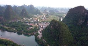 Rio de Li e cenário de surpresa das rochas do cársico em Yanhshuo, China filme