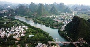 Rio de Li e cenário de surpresa das rochas do cársico em Yanhshuo, China vídeos de arquivo