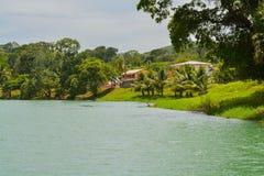 Rio de Macal que flui abaixo da reserva arqueológico de Xunantunich As ruínas maias antigas fora de San Ignacio, Belize fotos de stock royalty free