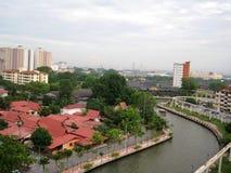 Rio de Melaka entre a construção imagens de stock