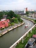 Rio de Melaka entre a construção fotos de stock