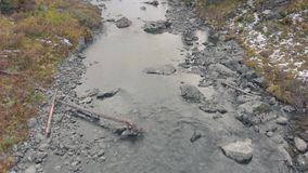Rio de montanha e lago rodeados de pedras e rochas Paisagem de ribeirinhos ou ribeirinhos filme