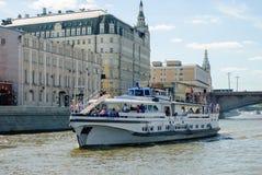 Rio de Moscou com navio do turista Fotos de Stock