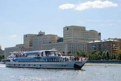 Rio de Moscou com navio do turista Imagem de Stock