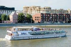 Rio de Moscou com navio do turista Fotos de Stock Royalty Free