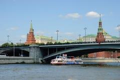 Rio de Moscou com navios do turista Fotos de Stock Royalty Free