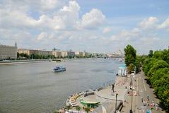 Rio de Moscou com navios do turista Fotos de Stock