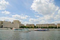 Rio de Moscou com navios do turista Foto de Stock Royalty Free