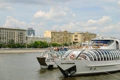 Rio de Moscou com navios do turista Imagens de Stock Royalty Free