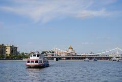 Rio de Moscou com navios do turista Fotografia de Stock