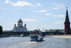 Rio de Moscou com navios do turista Imagem de Stock
