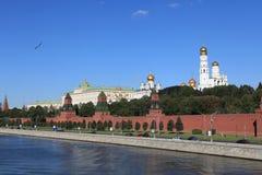 Rio de Moscovo Kremlin e de Moskva. Rússia Fotografia de Stock Royalty Free