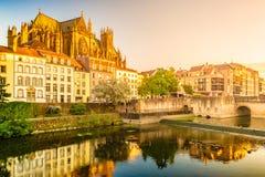 Rio de Moselle que corre através de Metz, França com um céu dramático imagens de stock