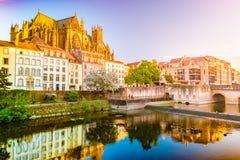 Rio de Moselle que corre através de Metz, França com um céu dramático foto de stock