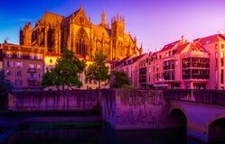 Rio de Moselle que corre através de Metz, França com um céu dramático fotografia de stock royalty free