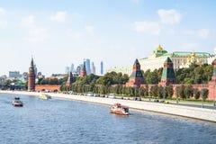 Rio de Moskva com a terraplenagem do Kremlin em Moscou fotos de stock