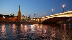 Rio de Moskva e Kremlin (na noite), Moscou, Rússia video estoque