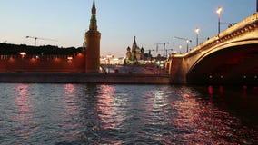 Rio de Moskva e Kremlin na noite, Moscou, Rússia video estoque