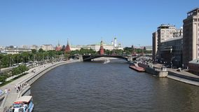 Rio de Moskva e o dia do Kremlin, Moscou, Rússia--a vista a mais popular de Moscou video estoque