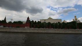 Rio de Moskva e o dia do Kremlin, Moscou, Rússia--a vista a mais popular de Moscou Tiro de um barco de prazer do turista video estoque