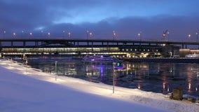 Rio de Moskva, ponte do metro da ponte de Luzhnetskaya em uma noite do inverno Moscovo, Rússia filme