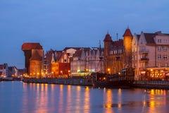 Rio de Motlawa e Gdansk velho na noite Fotos de Stock Royalty Free