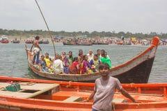 Rio 1 de Narmada do homem do barco fotos de stock royalty free