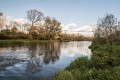 Rio de Olse perto da cidade de Karvina na república checa durante o dia agradável do outono foto de stock royalty free