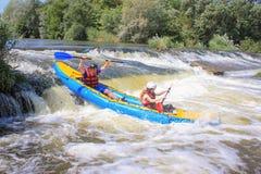 Rio de Pacuare, Costa Rica - 14 de mar?o de 2019: Os pares novos apreciam a ?gua branca que kayaking no rio fotografia de stock