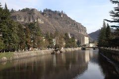 Rio de Qvirila na cidade de Chiatura, Geórgia fotos de stock royalty free