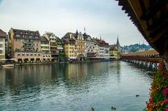 Rio de Reuss da ponte de madeira da capela, Luzern, Suíça fotografia de stock