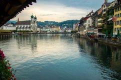 Rio de Reuss da ponte de madeira da capela, Luzern, Suíça foto de stock