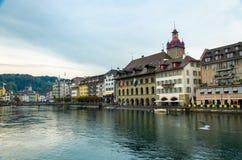 Rio de Reuss da ponte de madeira da capela, Luzern, Suíça imagens de stock