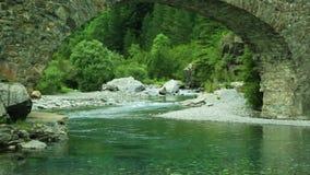 Rio de Rio Ara e ponte San Nicolas de Bujaruelo na Espanha de Ordesa Aragon Huesca vídeos de arquivo
