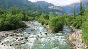 Rio de Rio Ara no Torla no vale Pyrenees Huesca Aragon de Valle de Ordesa na Espanha filme