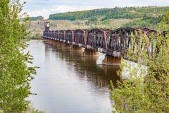 Rio de Rusty Railway Bridge Across Fraser no Columbia Britânica Fotografia de Stock Royalty Free