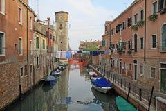 Rio de Sant y x27; Anecdotario en el sestiere Castello con los barcos y las fachadas coloridas de casas medievales viejas en Vene Imágenes de archivo libres de regalías