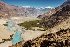 Rio de Shyok no vale Ladakh, Jammu & Kashmir de Nubra, Índia - em setembro de 2014 fotografia de stock royalty free