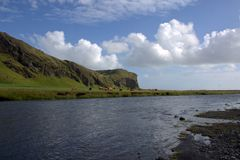 Rio de Skoga e cenário vulcânico da formação e do outwash perto da cachoeira de Skogafoss em Islândia Imagem de Stock