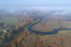 Rio de Sorot, fotografia aérea da tarde de outubro Montanhas de Pushkin, Rússia imagem de stock royalty free