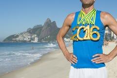 Rio 2016 de Standing Ipanema Beach do atleta da medalha de ouro Imagem de Stock