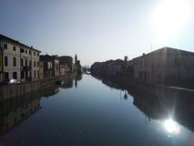 Rio de uma cidade italiana imagens de stock