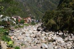 Rio de Urubamba ou de Willkanuta perto do povoado indígeno de Machu Picchu peru Fotos de Stock Royalty Free