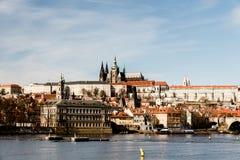 Rio de Vltava, de hrad de Mala Strana e de Prazsky castelo na cidade de Praha na república checa fotos de stock